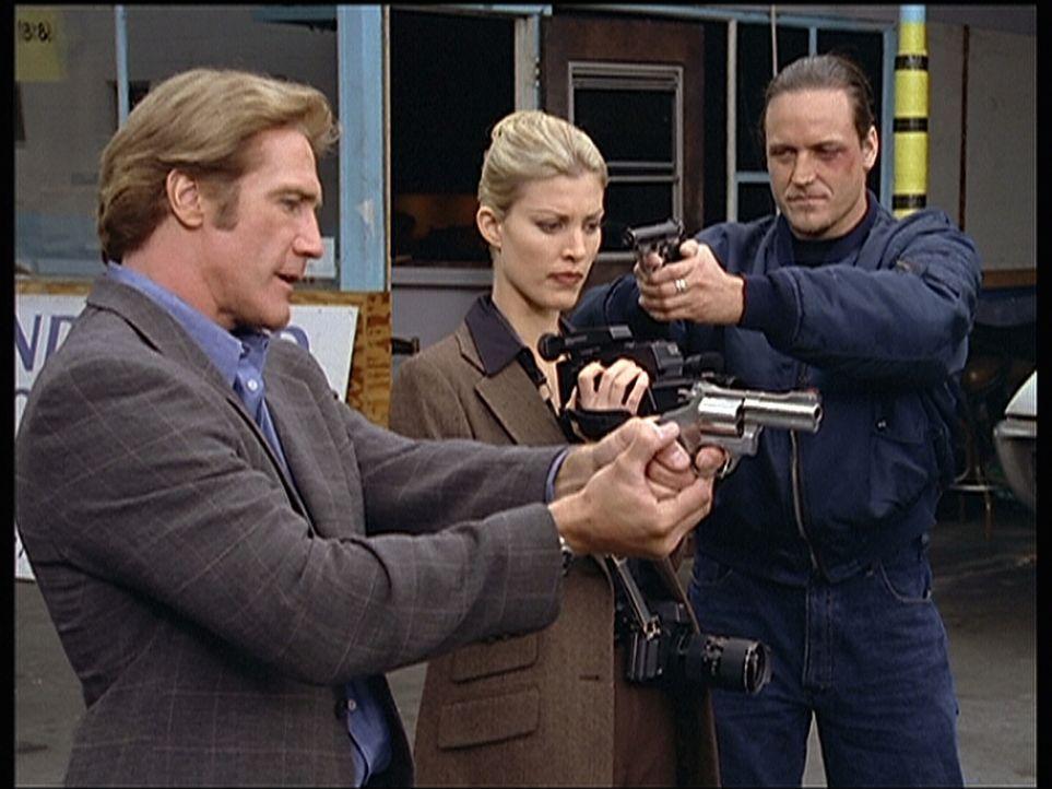 Steve (Barry Van Dyke, l.) und Randy (Rachel York, M.) werden von einem Mitglied der Autoschieberbande bedroht. - Bildquelle: Viacom