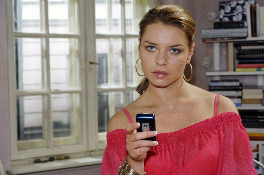 Katja (Karolina Lodyga) nutzt heimlich Annas Handy, um Lars eine Nachricht zu schicken. - Bildquelle: Oliver Ziebe Sat.1