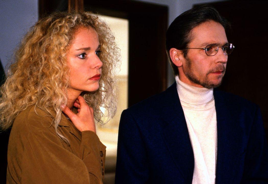 Irene Knauff (Eva Gosciejewicz, l.), Tochter aus erster Ehe der getöteten Thekla Schnappinger, und ihr Mann Volker (Jacques Breuer, r.) sind der Mei... - Bildquelle: Magdalena Mate Sat.1