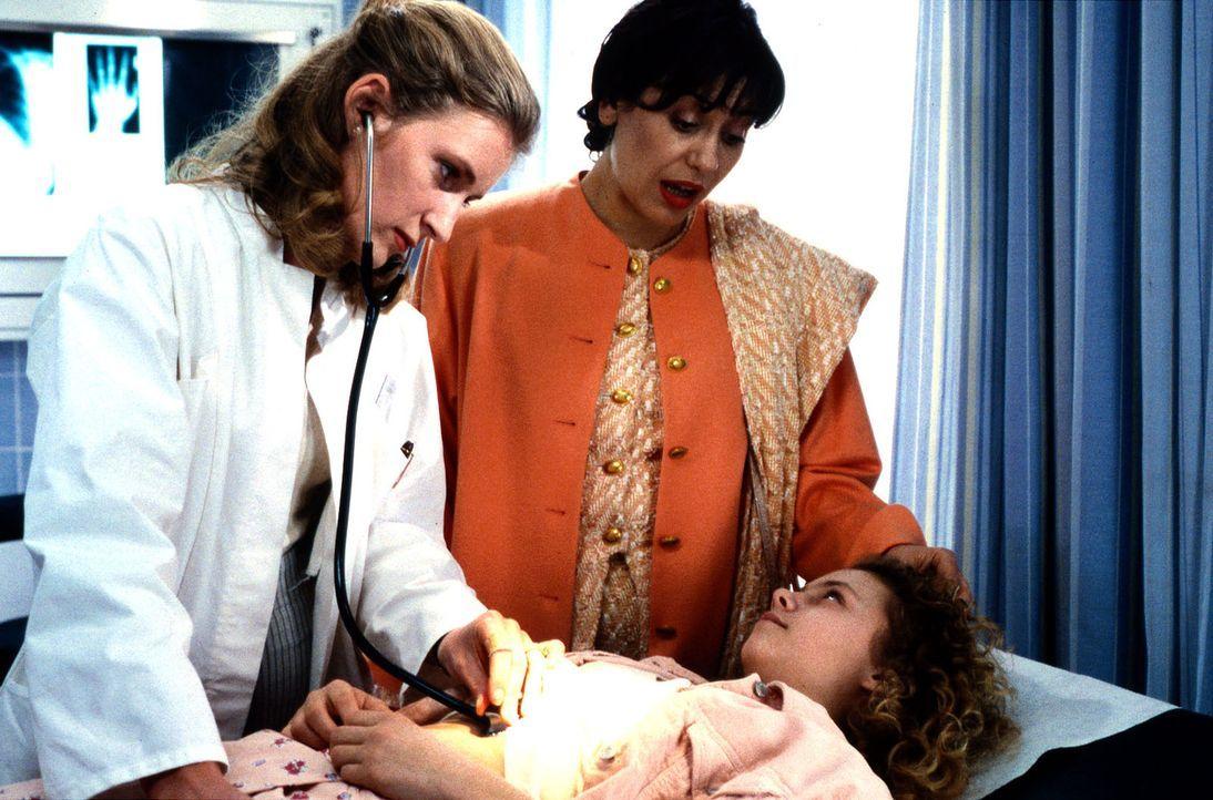 Annes (Maria Thieme,r.) Mutter (Brigitte Karner, M.) freut sich, daß ihre Tochter auf dem Weg der körperlichen Besserung ist. Doch Dr. Weiß (Maria F... - Bildquelle: Werner Dähn Sat.1