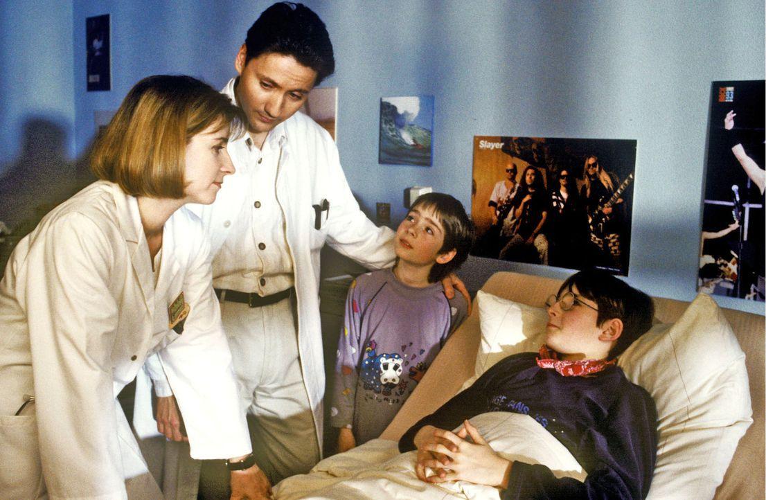 Dr. Kampmann (Ulrich Reinthaller, 2.v.l.) und Yvonne (Christina Scholz, l.) erklären Tom (Jens Depke, r.) alias Til, dass seine Operation kurz bevor... - Bildquelle: Marc Stoppenbach Sat.1