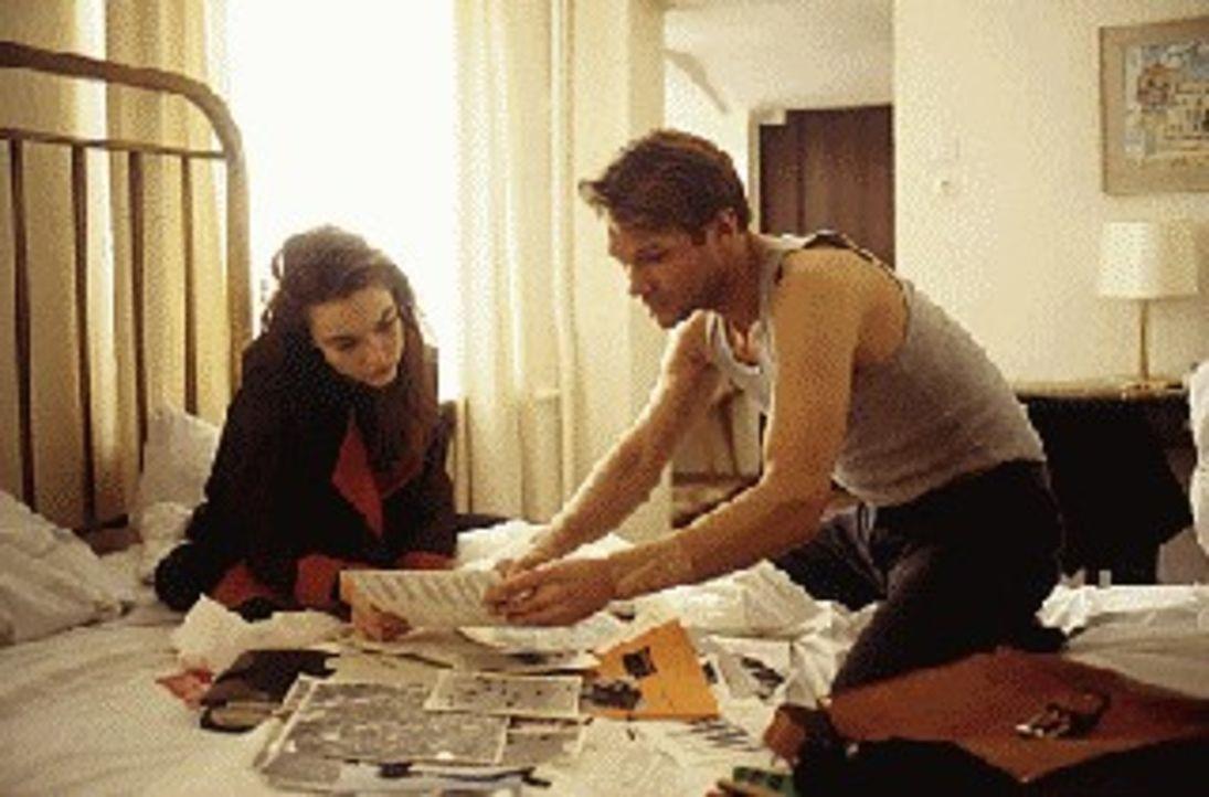Felix Kanter (Thure Riefenstein, r.) zeigt seiner Freundin Julia (Aglaia Szyszkowitz, l.) Unterlagen, die belegen, dass er einem großen politischen... - Bildquelle: Boehme Sat.1