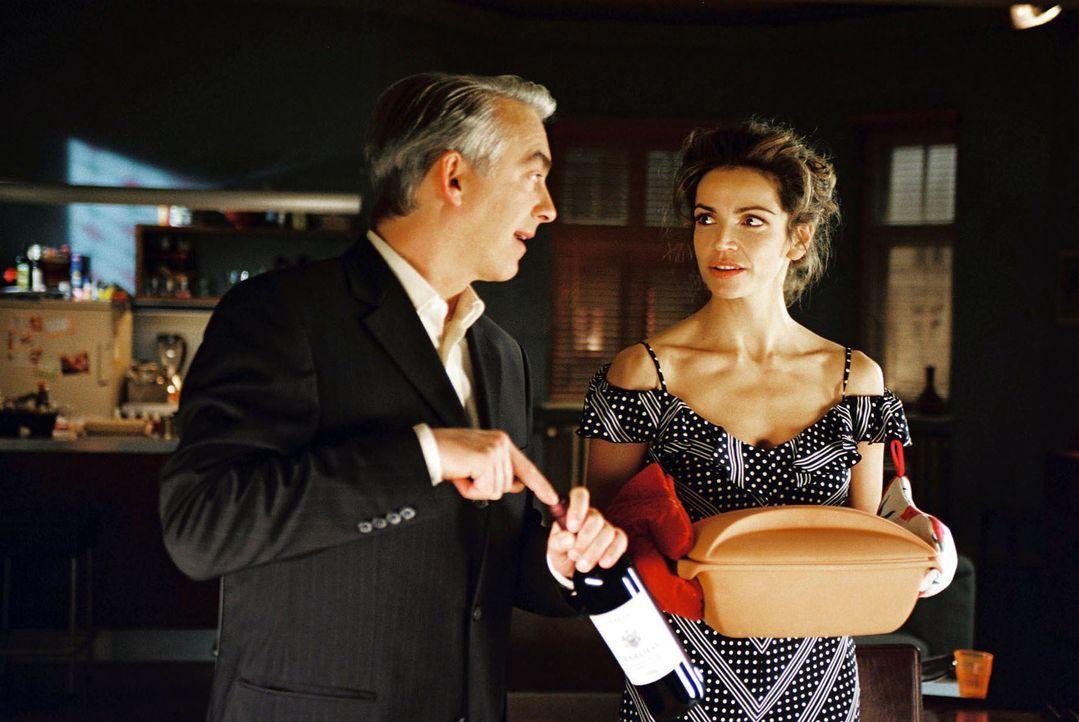 Sandra (Rebecca Immanuel, r.) hat gekocht, Felix (Christoph M. Ohrt, l.) bringt den Wein mit ... - Bildquelle: Hardy Spitz Sat.1