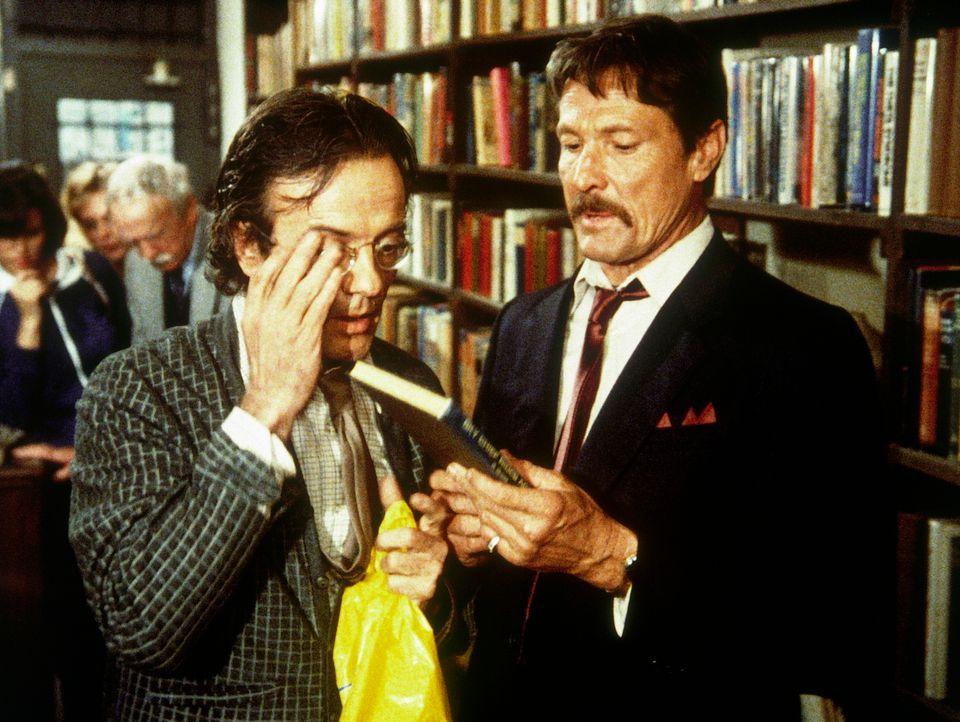 Buchhändler Keene (Terry Kiser, l.) hat ein Problem: Er kann dem Industriespion Karlo (William Smith, r.) nicht das Buch aushändigen, in dem sich di... - Bildquelle: CBS Television