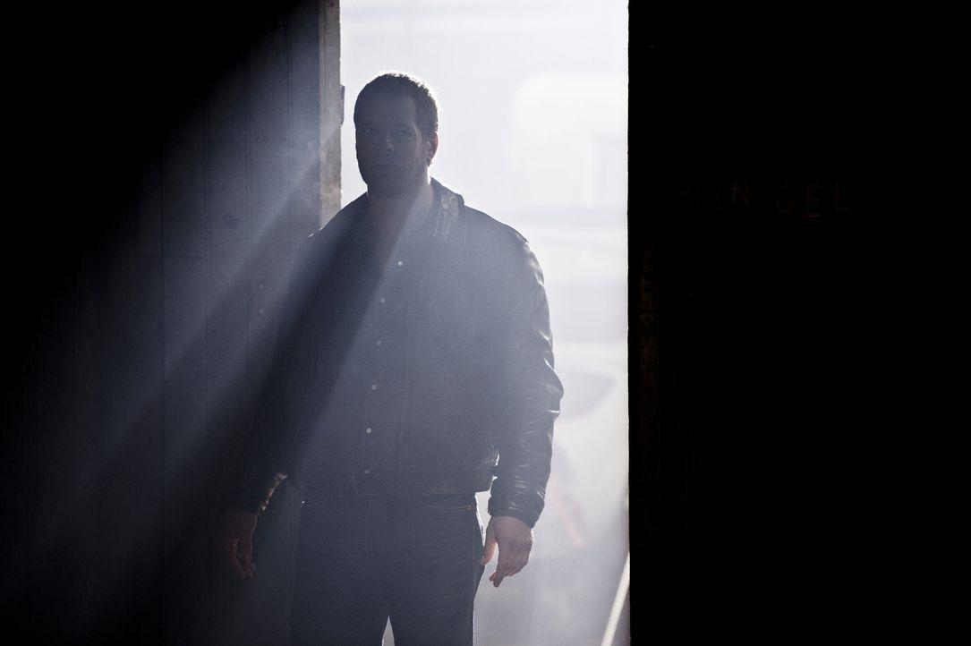 Ermittelt in einem Mordfall, der ihn mit seiner Vergangenheit konfrontiert: Mick Brisgau (Henning Baum) ... - Bildquelle: Martin Rottenkolber SAT.1 / Martin Rottenkolber