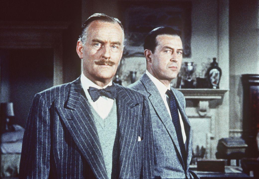 Im Verlauf der polizeilichen Untersuchungen kann Tony (Ray Milland, r.) Inspektor Hubbard (John Williams, l.) gegenüber den Anschein erwecken, seine... - Bildquelle: Warner Bros.