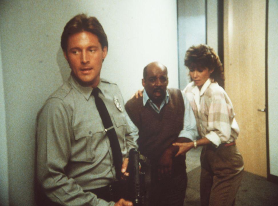 Lee (Bruce Boxleitner, l.) und Amanda (Kate Jackson, r.) haben Billy (Mel Stewart, M.) befreit. Jetzt heißt es, die geldgierigen Gangster schachmatt...