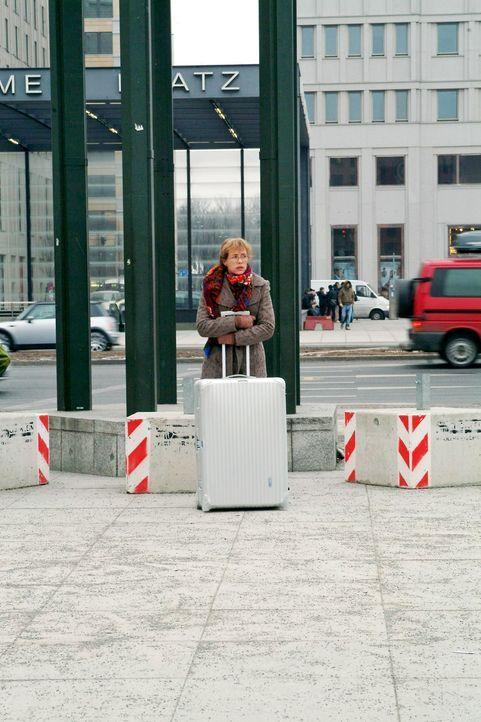 Lisa (Alexandra Neldel) hofft, dass die Lösegeldübergabe klappt. (Dieses Foto von Alexandra Neldel darf nur in Zusammenhang mit der Berichterstattun... - Bildquelle: Monika Schürle Sat.1