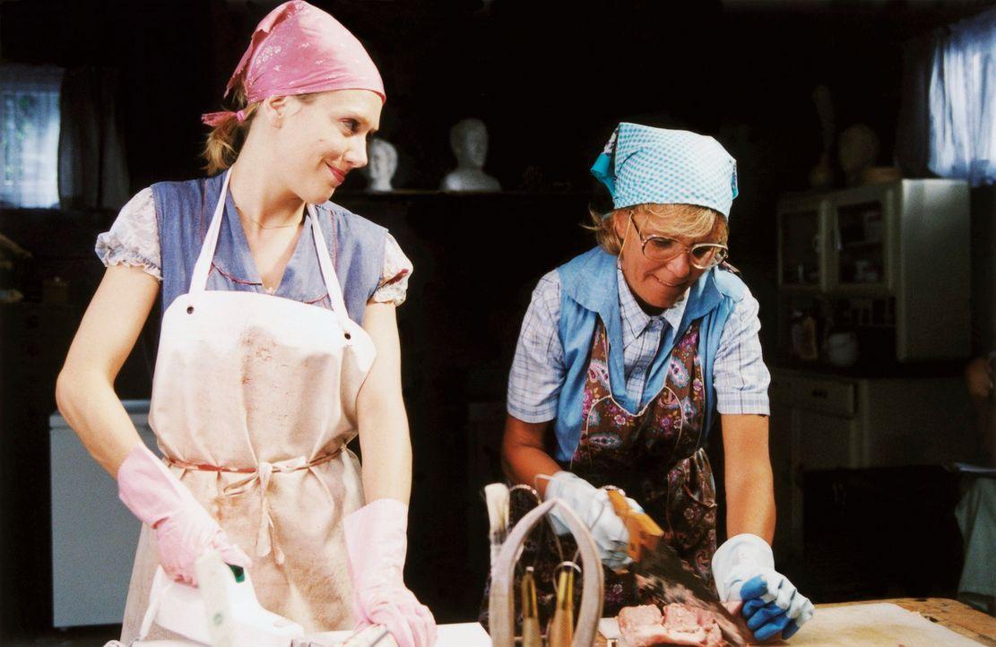 Männer häppchenweise: Helga (Ulrike Kriener, r.) und Doris (Gruschenka Stevens, l.) ... - Bildquelle: Christian A. Rieger ProSieben
