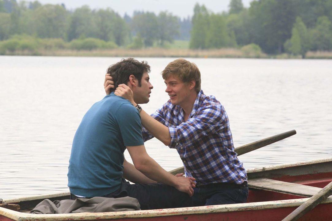 Der romantische Bootstrip der beiden Verliebten (Manuel Wittig, l. und Andreas Helgi Schmid, r.) wird zum Desaster - am Ufer zerreißt sich das ganze... - Bildquelle: Erika Hauri Sat.1