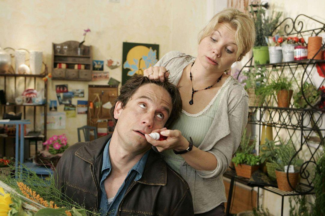 Nach der Aktion mit dem Telefon reicht es Kommissar Schiller (Oliver Mommsen, l.) - er will Peggy (Annette Frier, r.) in ihrem Blumenladen verhaften... - Bildquelle: Frank Dicks Sat.1