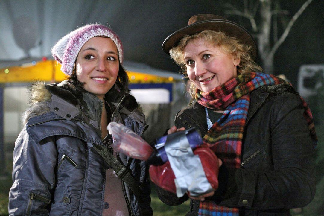 Sabine Mautners (Claudia Wipplinger, r.) Ehemann Uwe ist spurlos verschwunden. Das scheint sie und ihre Tochter Nina (Laura Maire, l.) aber nicht we... - Bildquelle: Petro Domenigg Sat.1
