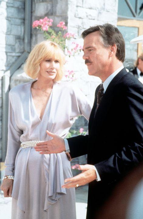 Robert (Ben Masters, r.) und Irene (Sally Kellerman, l.), das ständig streitende Ehepaar. - Bildquelle: Viacom