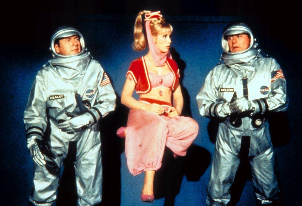 Die Astronauten Tony (Larry Hagman, r.) und Roger (Bill Daily, l.) sind auf die Hilfe von Jeannie (Barabara Eden, M.) angewiesen. - Bildquelle: Columbia Pictures