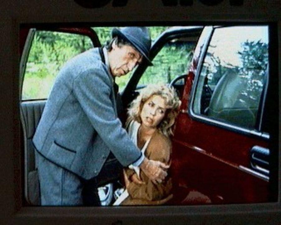 Sonnenstein-Anwohner Herr Konrad (Herbert Fux, l.) tröstet die schwangere Gräfin Alexandra (Michaela May, r.) ... - Bildquelle: SAT.1