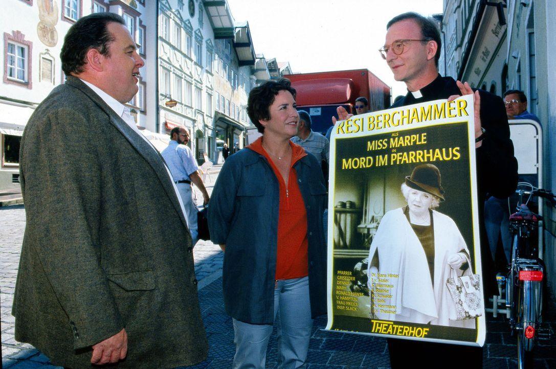 Prälat Hinter (Michael Lerchenberg, r.) präsentiert Benno Berghammer (Ottfried Fischer, l.) und Sabrina Lorenz (Katerina Jacob, M.) das Plakat der T... - Bildquelle: Magdalena Mate Sat.1