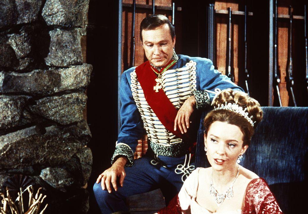 Die russischen Adeligen Comtesse Elena (Claire Griswold, r.) und Graf Alexis (Warren Stevens, l.) sind Gäste auf der Ponderosa. - Bildquelle: Paramount Pictures