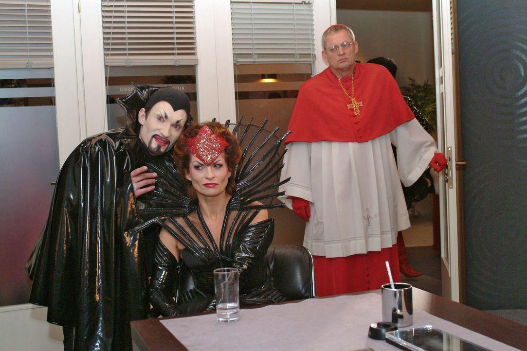 """""""Kardinal"""" Friedrich (Wilhelm Manske, r.) wird Zeuge, als Richard (Karim Köster, l.) in einer Unterhaltung mit Sophie (Gabrielle Scharnitzky, M.) se... - Bildquelle: Monika Schürle Sat.1"""