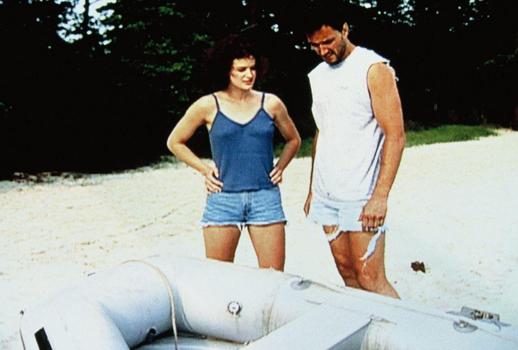 Als Buck Walker (r.) und Stephanie Steams (l.) mit der Sea Wind auf Hawaii anlegen, werden sie sofort verhaftet, denn das Boot gehört Mac und Muff G... - Bildquelle: New Dominion Pictures, LLC