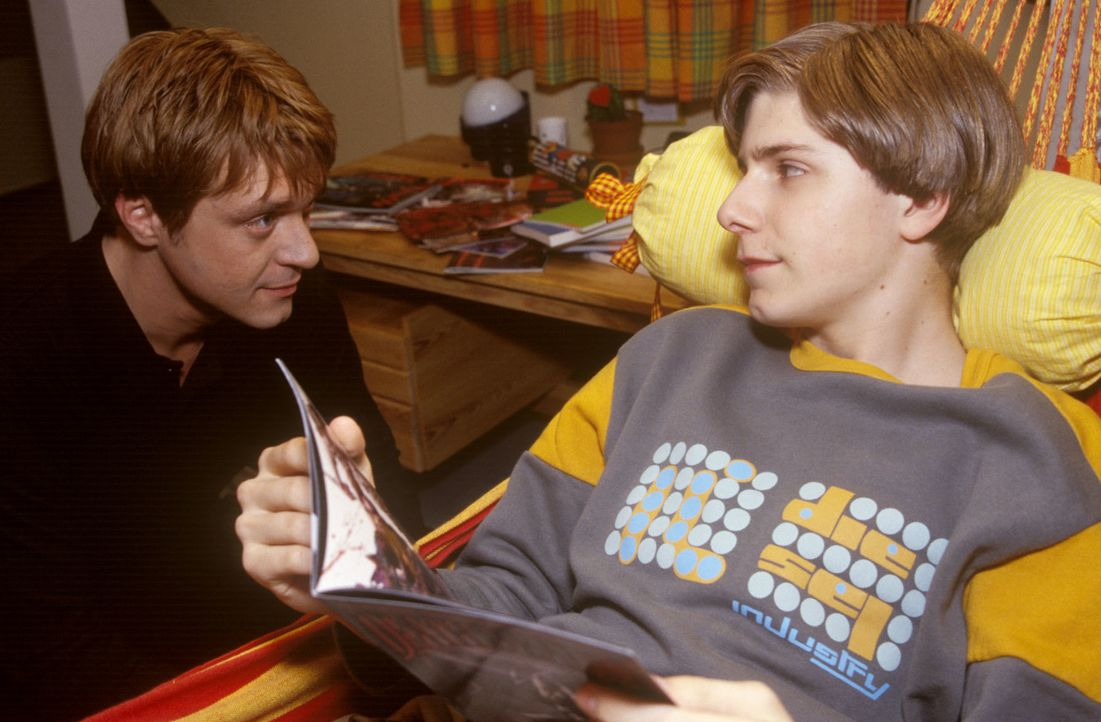 Dr. Ritter (Andreas Maria Schwaiger, l.) konfrontiert Nils (Christoph Scholz Holland, r.) mit den Horror-Comics, die dessen Freund, Ritters Neffe Si... - Bildquelle: Christina Kurby Sat.1