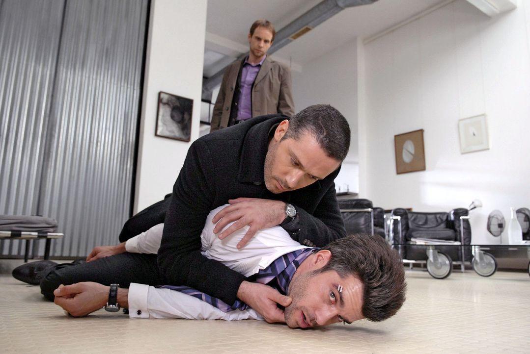 Als der Fotograf Bernd (Xaver Hutter, r.) zu flüchten versucht, wird er von Benno (Denis Petkovic, M.) und Philip (Julian Weigend, l.) aufgehalten. - Bildquelle: Christoph Assmann Sat.1