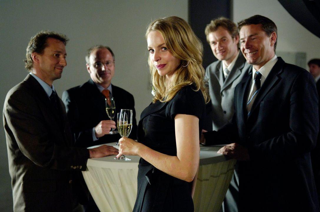 Obwohl der neue Chef versucht, ihr das Leben schwer zu machen, lässt sich Edda (Simone Hanselmann) nicht unterkriegen ... - Bildquelle: Marco Nagel ProSieben
