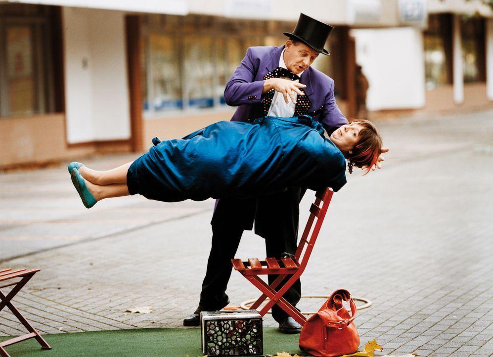 Auch mit Hilfe von Magie kommt Kathi König (Gabriela Maria Schmeide, vorne) noch nicht ans große Geld ... - Bildquelle: Constantin Film