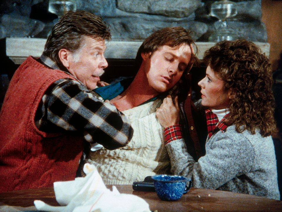 Lee (Bruce Boxleitner, M.) wurde durch einen Schuss schwer verletzt. Amanda (Kate Jackson, r.) und der Doppelagent Rudolph (Albert Salmi, l.) kümmer... - Bildquelle: CBS Television