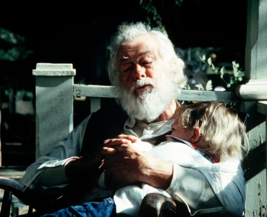Ein Cousin des verstorbenen Großvaters (Darsteller unbekannt, l.) kommt nach Walton's Mountain und hat noch einen letzten Wunsch ... - Bildquelle: WARNER BROS. INTERNATIONAL TELEVISION