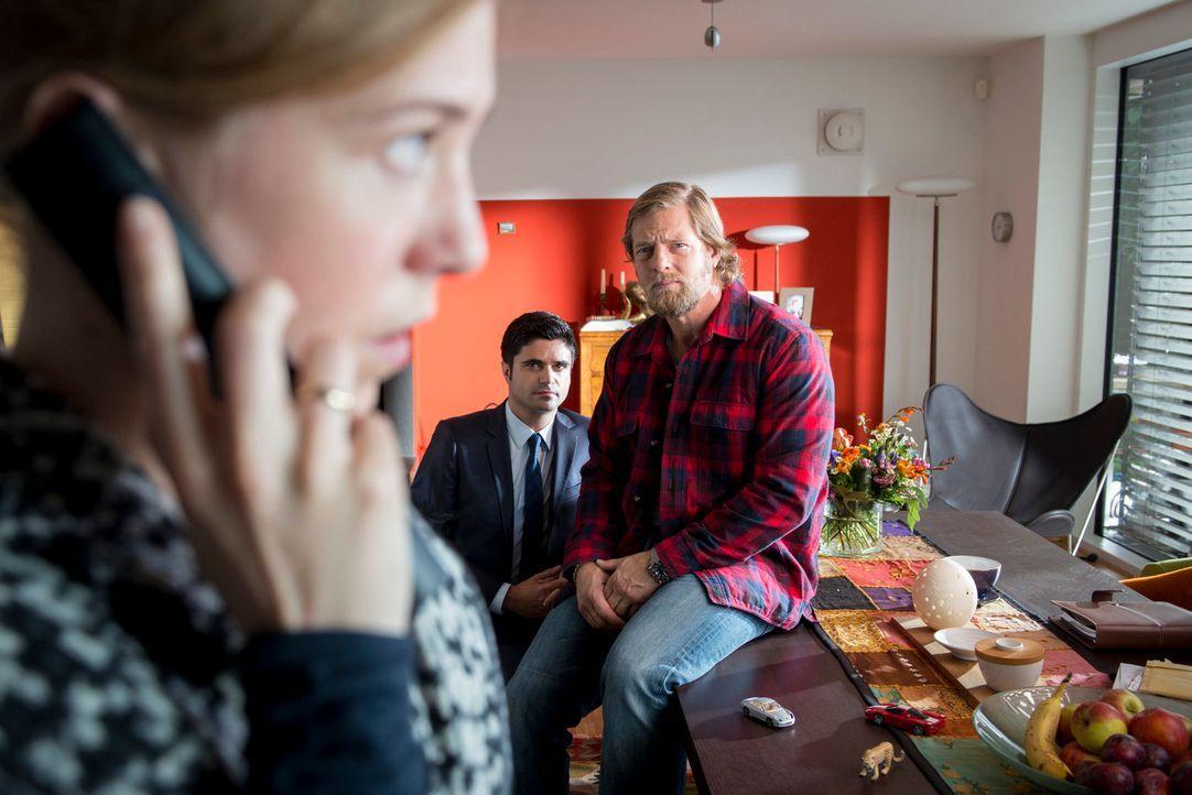 Schnell wird Mick (Henning Baum, r.) und Andreas (Maximilian Grill, M.) klar, dass Ina Richter (Doris Schefer, l.) etwas zu verbergen versucht ... - Bildquelle: Martin Rottenkolber SAT. 1