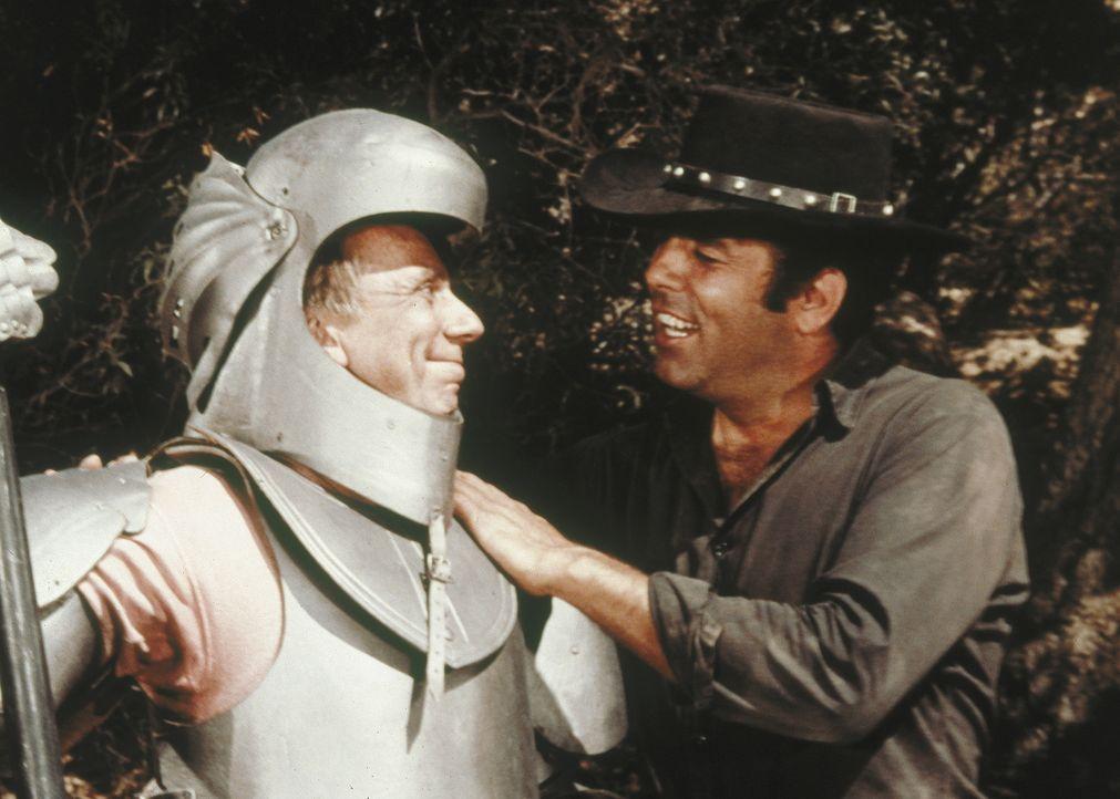 Eine Postkutsche, in der sich auch Adam (Pernell Roberts, r.) befindet, wird überfallen. Da taucht urplötzlich eine Gestalt in Ritterrüstung (Henry... - Bildquelle: Paramount Pictures