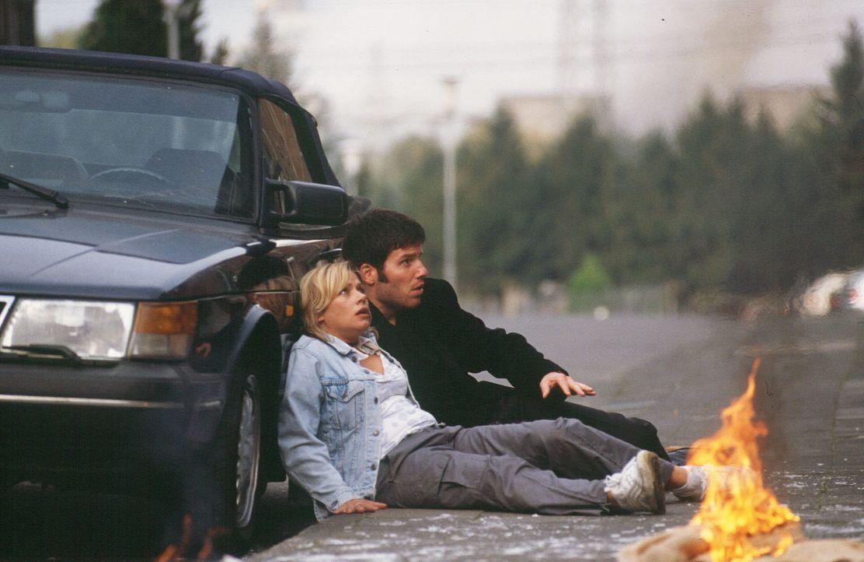 Franziska (Jennifer Nitsch, l.) und Treptow (Tim Bergmann, r.) sind nur knapp einem Anschlag entgangen. - Bildquelle: Martin Menke Sat.1