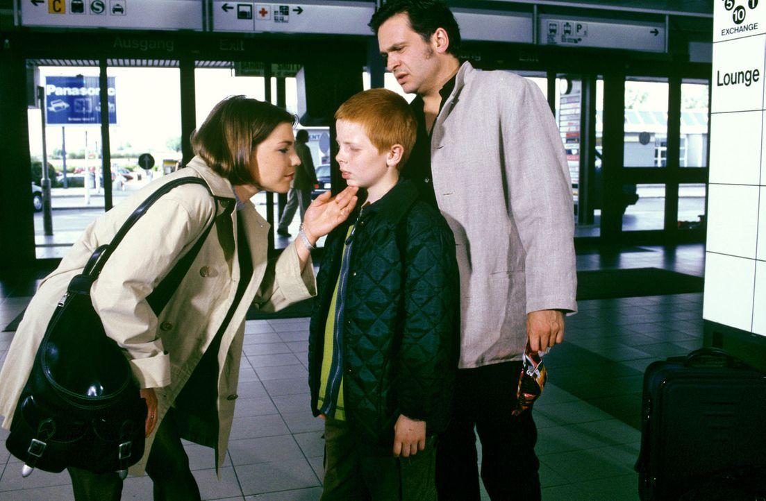 Stephanie (Claudia Schmutzler, l.) bringt Marc Brehm (Jockel Tschiersch, r.) zum Flughafen. Der kleine Thommy (Max Riedel, M.) bekommt plötzlich ei... - Bildquelle: Noreen Flynn Sat.1