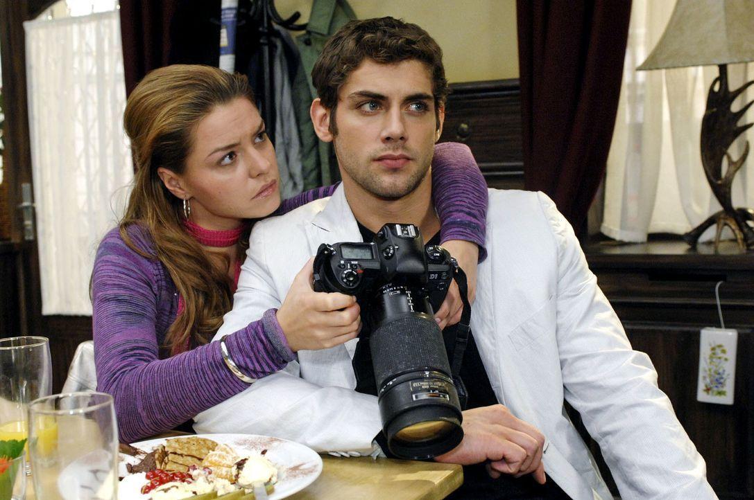 Nach dem Shooting ist die Stimmung zwischen Jonas (Roy Peter Link, r.) und Katja (Karolina Lodyga, l.) recht angespannt ... - Bildquelle: Oliver Ziebe Sat.1