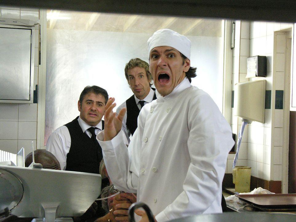 Der Junior Chef des Hotels (Mathew Baynton, r.) begeht einen blutigen Fehler, der Doc Martin, der nach einem traumatischen Erlebnis kein Blut mehr s... - Bildquelle: BUFFALO PICTURES/ITV