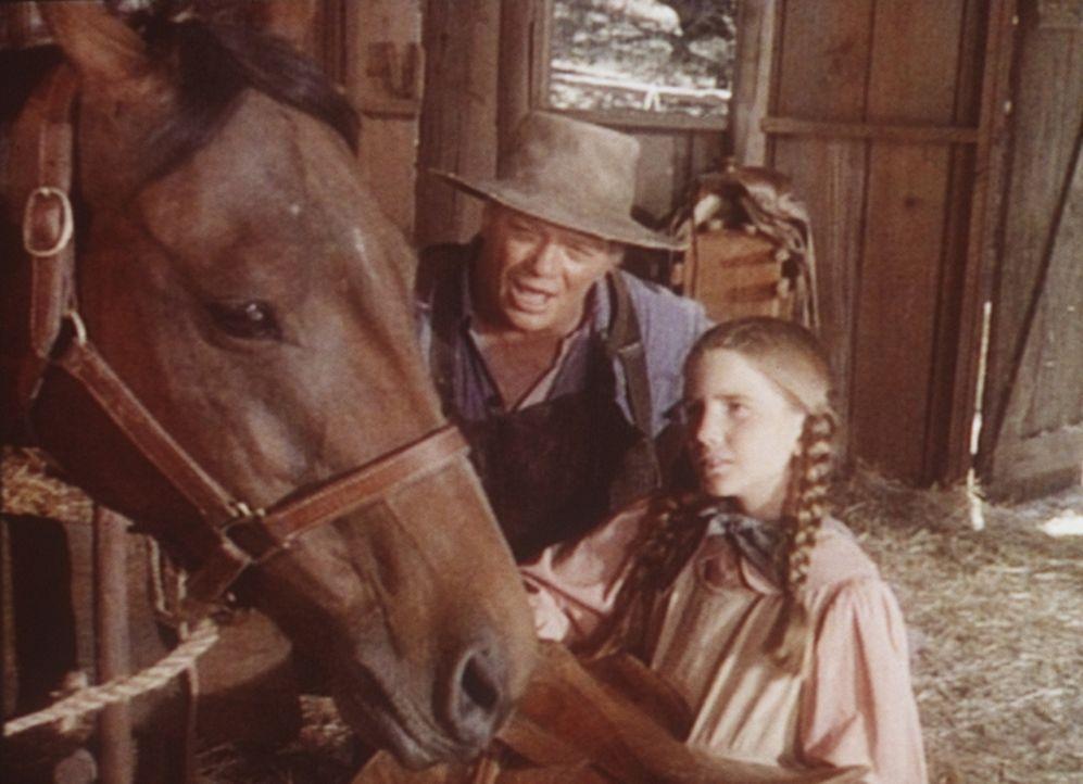 Ist das Pferd nicht zu erschöpft für den bevorstehenden Wettkampf? Mr. Dorfler (James Jeter, l.) ermuntert Laura (Melissa Gilbert, r.), am Rennen te... - Bildquelle: Worldvision