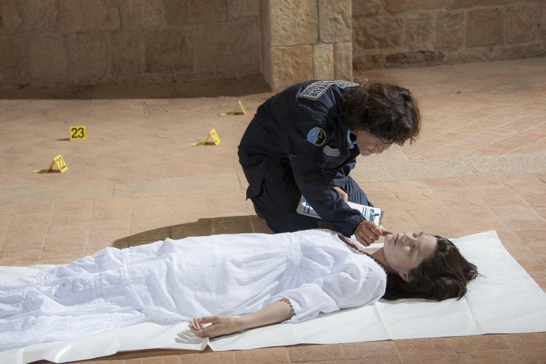 Kann Nadia (Chrystelle Labaude, hinten) wichtige Hinweise darauf finden, warum die Schauspielerin Magali Portier (Delphine Chanéac, vorne) sterben m... - Bildquelle: Jean Louis PARIS