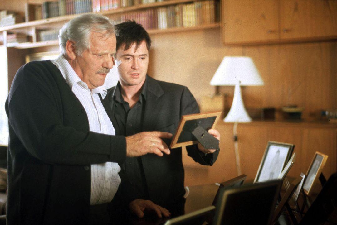 Paul (Uwe Bohm, r.) unternimmt mit seinem Vater (Adolf Laimböck, l.) eine Reise in die Vergangenheit, an die er sich seit seinem Unfall nicht mehr e... - Bildquelle: Bernhard Wiesen Sat.1