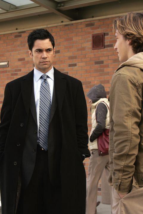 Scott (Danny Pino, l.) ermittelt in einem ungelösten Fall ... - Bildquelle: Warner Bros. Television