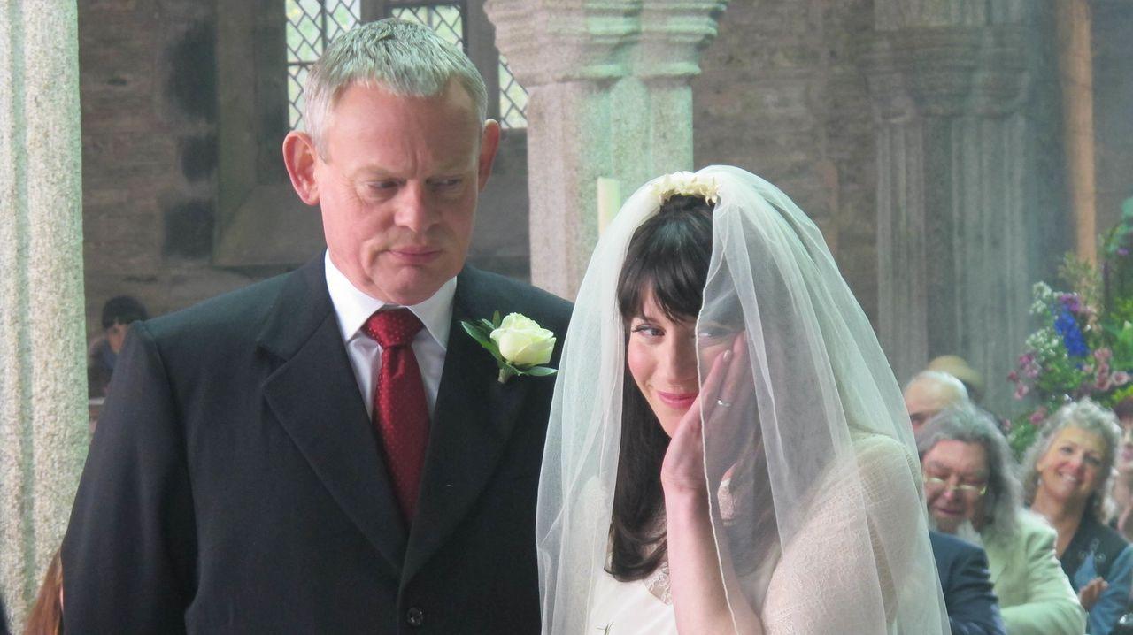Ahnen noch nicht, dass ihre Freunde eine abgelegene Lodge für die Hochzeitsnacht gemietet haben: Doc Martin (Martin Clunes, l.) und Louisa (Caroline... - Bildquelle: BUFFALO PICTURES/ITV