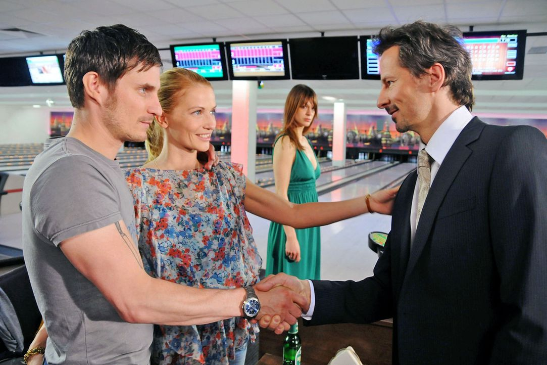 Marie (Doreen Jacobi, 2.v.l.) und Mark (Clemens Schick, l.) warten schon beim Bowling, als Karen (Suzan Anbeh, 2.v.r.) und ihr Mann Paul (David C. B... - Bildquelle: Aki Pfeiffer Sat.1