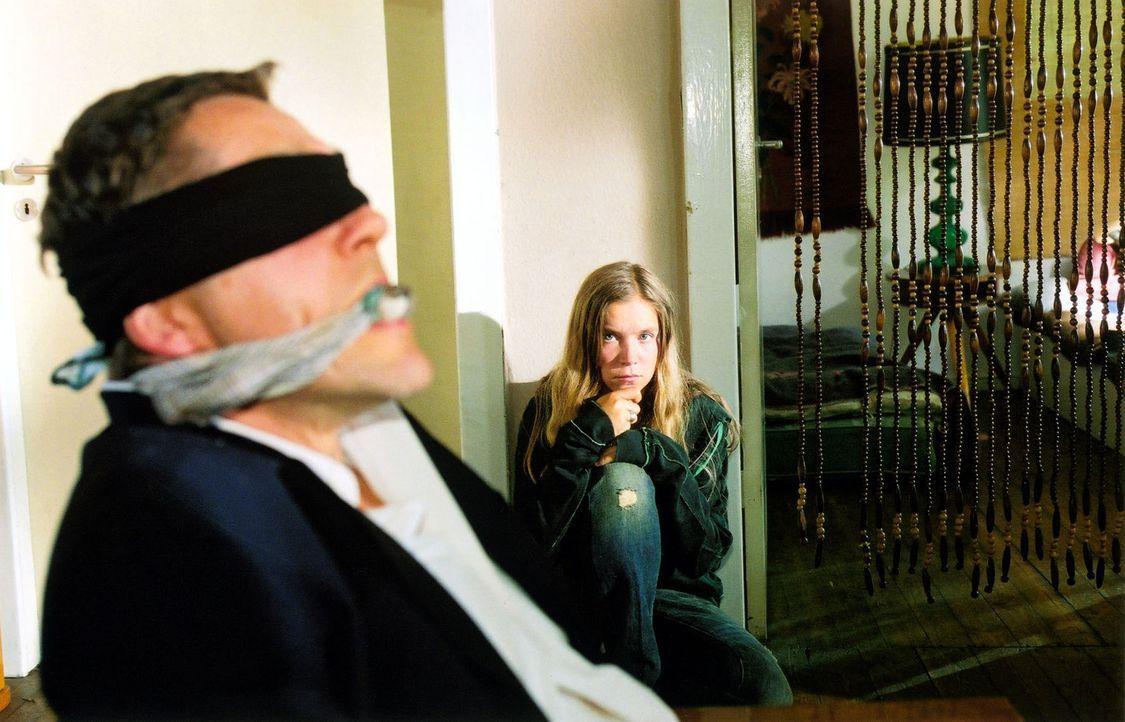 Richter Kneiff (Udo Schenk, l.) wurde von Klara (Alexandra Schalaudek, r.), der Freundin des toten Drogendealers, entführt. Was soll mit ihm passier... - Bildquelle: Claudius Pflug Sat.1
