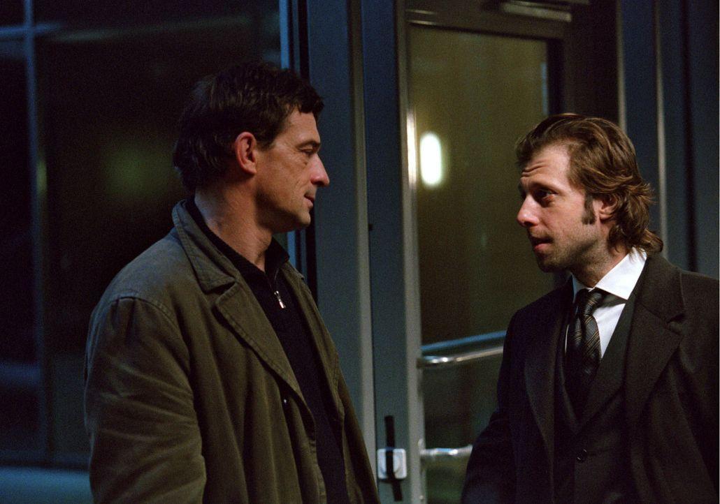 Kai Wesemann (Oliver Korittke, r.) - von Beruf Staatsanwalt - weiß, dass Steiner (Thomas Sarbacher, l.) der Beweis fehlt, dass sein Vater die Waffe... - Bildquelle: Thomas Kost Sat.1