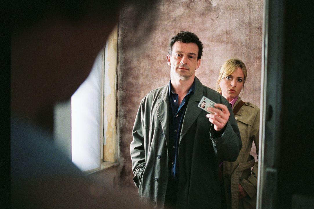 """Steiner (Thomas Sarbacher, M.) und Julia Gerling (Katharina Abt, r.) rollen den 15 Jahre zurückliegenden Mordfall """"Dagmar Kolbe"""" wieder auf. - Bildquelle: Tom Trambow Sat.1"""