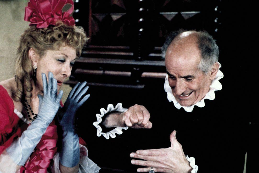 """Frosine (Claude Gensac, l.) beobachtet mit Entsetzen, wie sich Harpagon (Louis de Funès, r.) selbst """"verarztet"""" ... - Bildquelle: Sylvie Lancrenon Licensed by Studiocanal"""