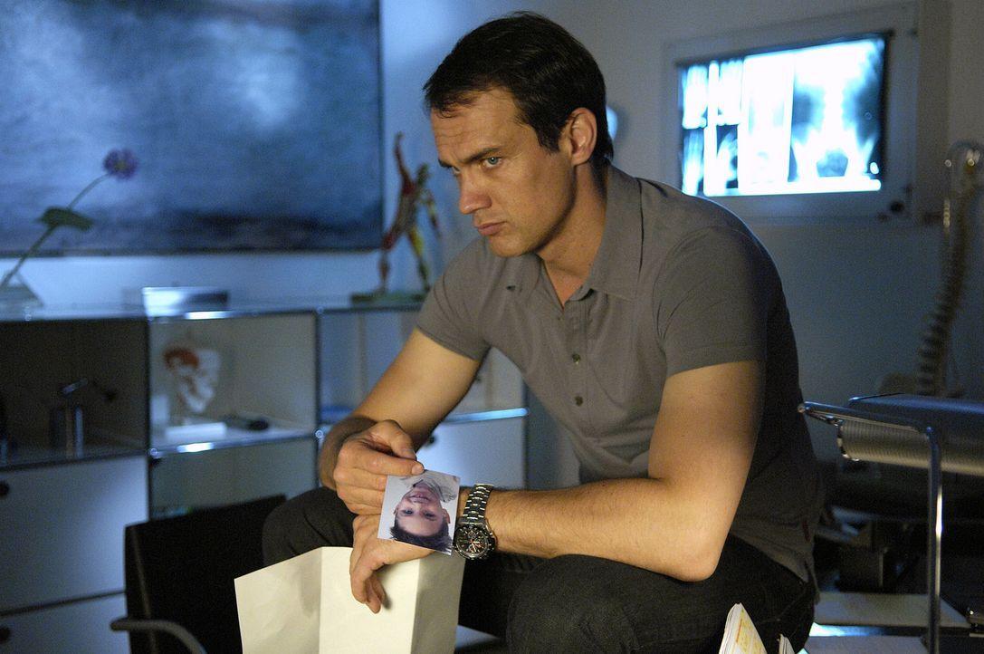 Luka (Ralf Bauer) liest nachdenklich den Brief seiner Exfreundin, die ihm ein Bild seines Sohnes geschickt hat. - Bildquelle: Britta Krehl Sat.1