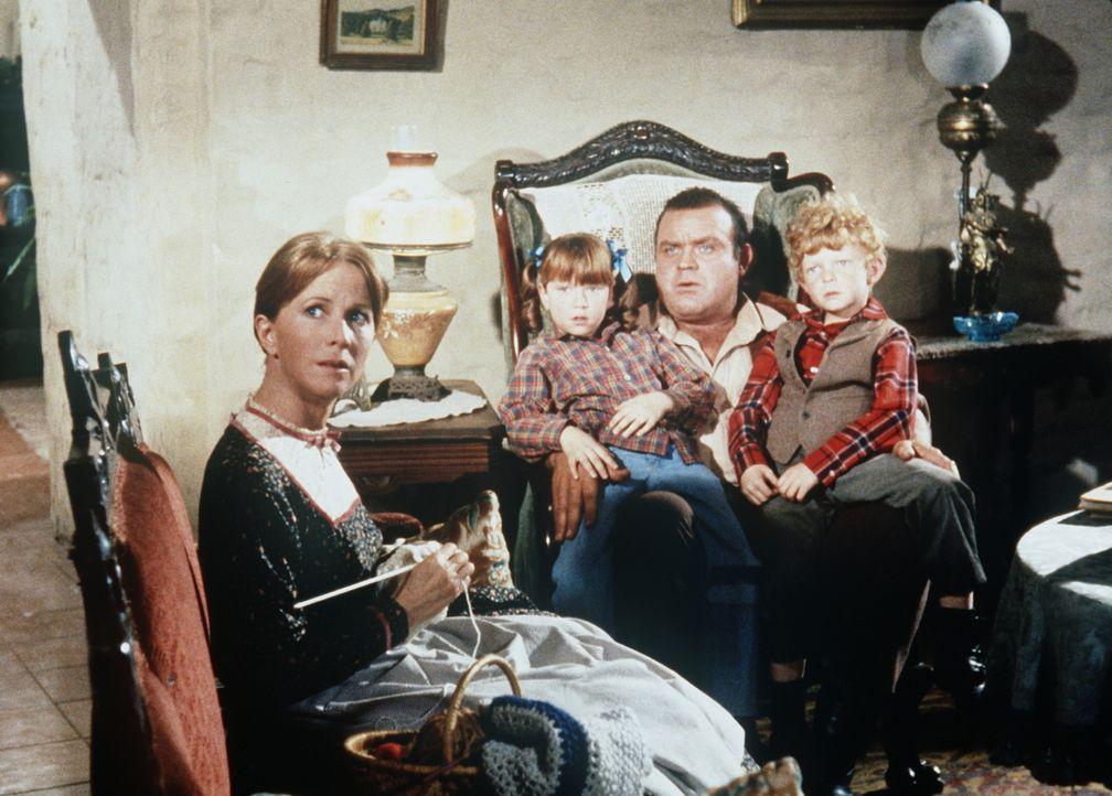 Hoss Cartwright (Dan Blocker, 2.v.r.) wird von Sarah (Julie Harris, l.) und ihren Kindern Sally (Michele Tobin, 2.v.l.) und Timmy (Johnnie Whitaker,... - Bildquelle: Paramount Pictures