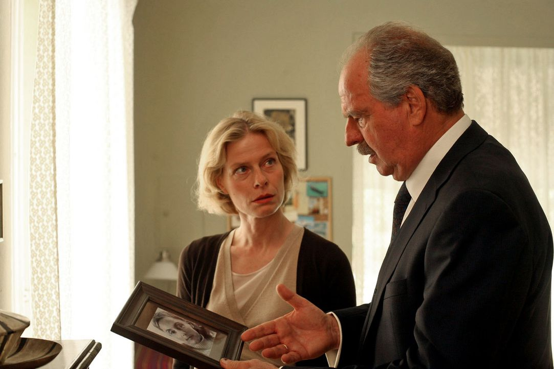 Gabriel (Friedrich von Thun, r.) will von Ursula (Corinna Kirchhoff, l.) wissen, woher sie die Frau auf dem Foto kennt. - Bildquelle: Petro Domenigg Sat.1