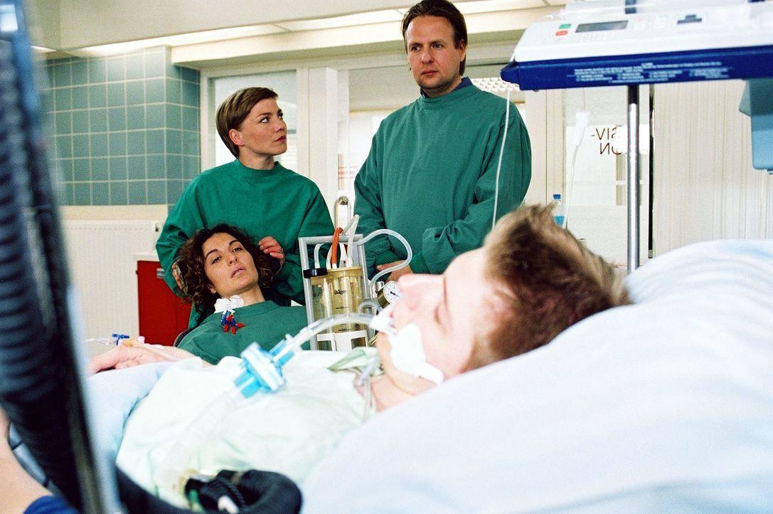 Andreas (Steffen Münster, 2.v.r.) ist erschüttert: Seine Frau Kira (Proschat Madani, l.) hat sich und ihren Stiefsohn Benni (Lucas Lerch, r.) in gro... - Bildquelle: Monika Schürle Sat.1