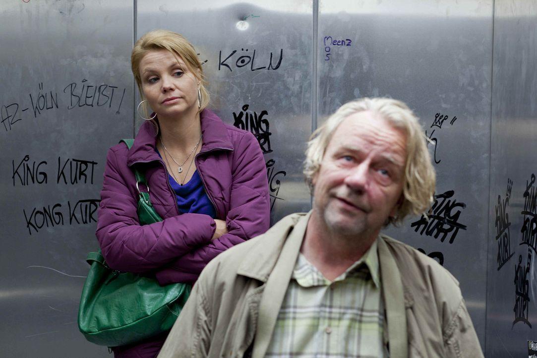 Während Danni (Annette Frier, l.) mit dem Segelthema beschäftigt ist, erwirbt Kurt (Axel Siefer, r.) seinen elektrischen Traum-Luxusrollstuhl, an de... - Bildquelle: Frank Dicks SAT.1